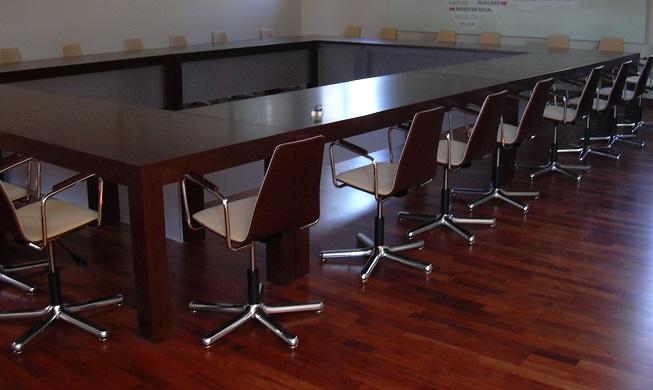 Proyectos de oficina en Sevilla: Diseño de sala de reuniones y espacios de trabajo