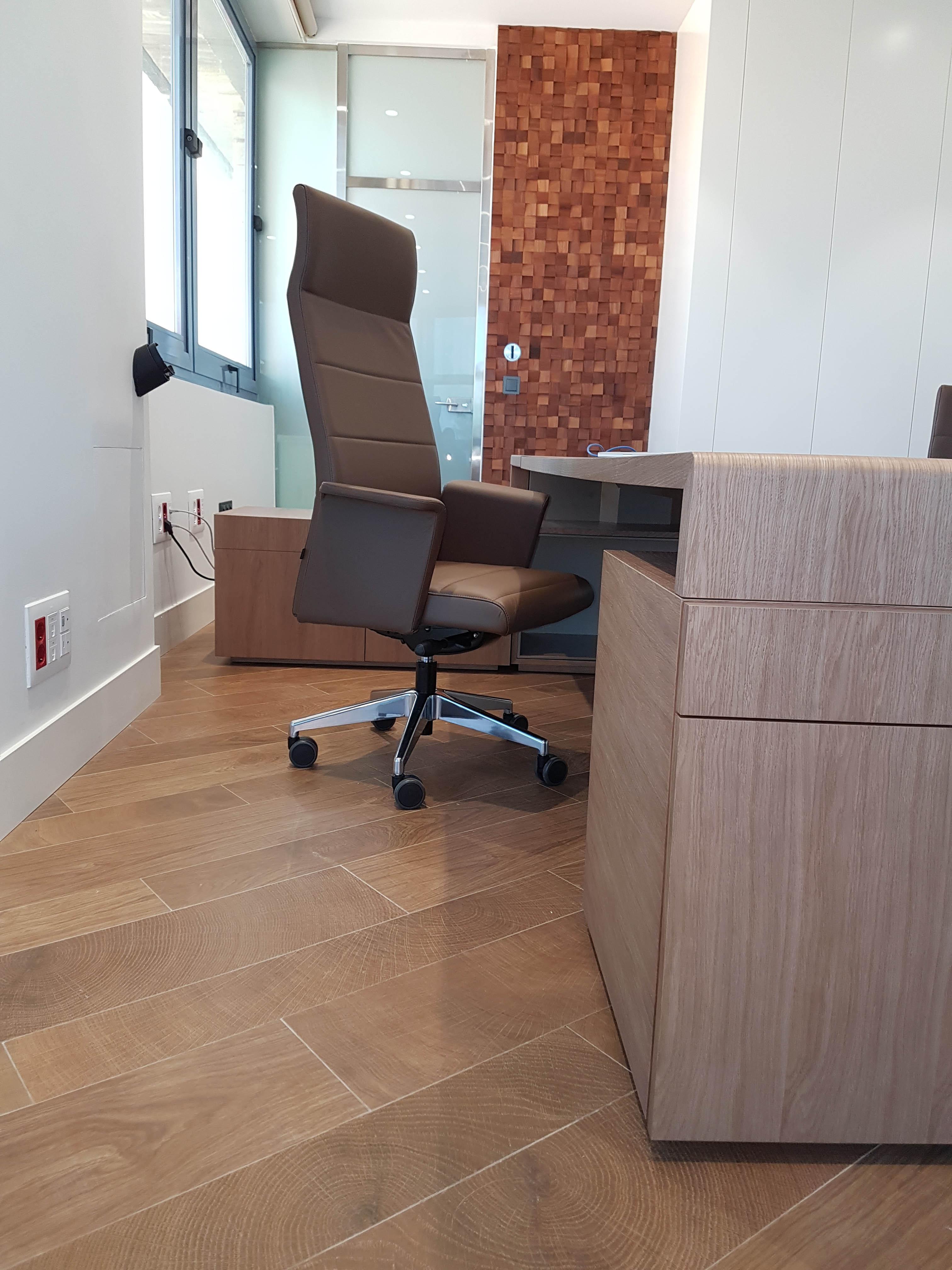 Proyectos de oficina en Sevilla: Escritorio y sillas de despacho